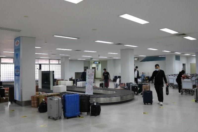 20201120-covid-19-air-travel-baggage